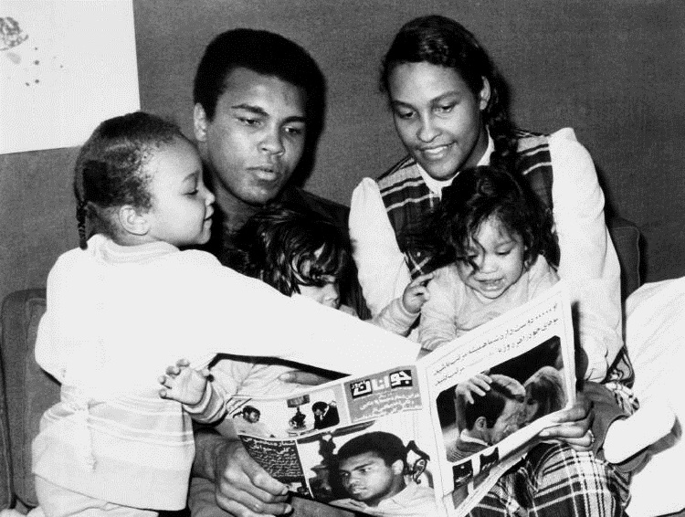 MUHAMMAD ALI WIFE & CHILDREN HEAVYWEIGHT BOXER WITH FAMILY (1971)